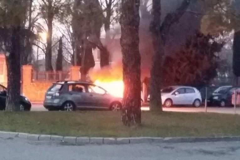 Auto in fiamme al Piratello