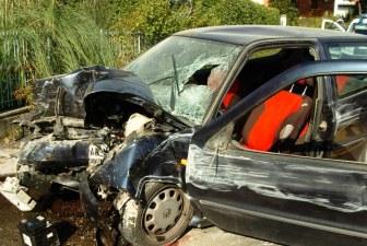 Si schianta con l'auto contro un cancello, muore un 31enne